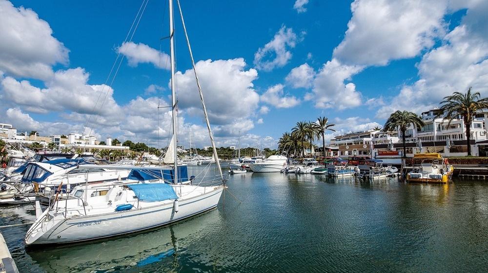 Yacht charter Mallorca port Marina Cala d'Or