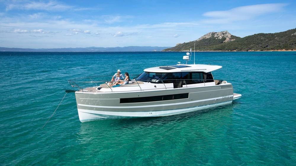 Italy-yachtcharter-Salerno-Amalfi-Jeanneau-motoryacht-2
