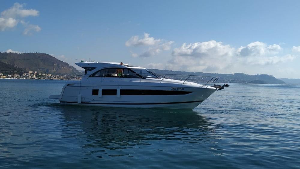 Italy-yachtcharter-Salerno-Amalfi-Jeanneau-motoryacht-3